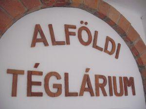 A cserepekből kivágott és összeillesztett betűk alkotta felirat.