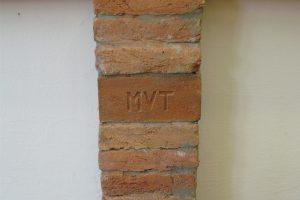 A lábazat egyik monogramos téglája ('MVT' = Mezőtúri Városi Téglagyár).