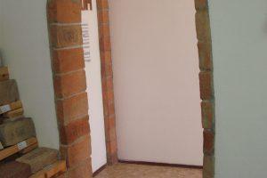 A téglából rakott ajtókeret (szintén monogramos téglaberakásokkal).
