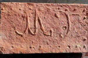 Mezőtúri monogramos tégla az 18. század második feléből ('MT' = Mező-Túr).