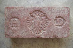 Henrik Drasche monogramos téglája az osztrák címerrel (1880 körül).
